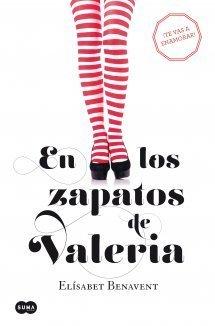 Portada de En los zapatos de Valeria, con un fondo blanco y se ven unas piernas con medias a rayas blancas y rojas y tacones.